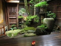 Tiny Japanese influenced courtyard. .stunning!!