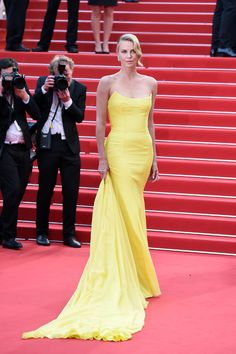 Charlize Theron en robe jaune bustier Dior haute couture sur-mesure à la première de Mad Max : Fury Road au Festival de Cannes, le 14 mai 2015
