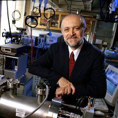 Mario Molina    PREMIO NOBEL DE QUÍMICA    Ingeniero químico mexicano, profesor en la Universidad de Harvard. Premio Nobel de Química por su papel en el descubrimiento de la amenaza a la capa de ozono. Convirtiéndose en el primer ciudadano mexicano en recibir el Premio Nobel de Química. Actualmente, es asesor del presidente estadounidense Barack Obama para cuestiones de medio ambiente.