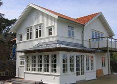Vi planerar att bygga en träterrass där vi eventuellt vill komplettera med en framtida inglasad veranda (se inspirationsbild). Verandan skall vara...