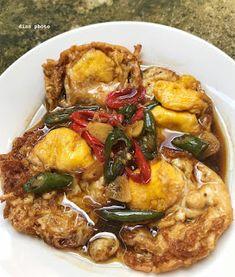 Resep Telur Ceplok Tumis Kecap By - Lagi pingin bikin telur ceplok. Indonesian Cuisine, Indonesian Recipes, Spicy Dishes, Singapore Food, Ramadan Recipes, Malaysian Food, Special Recipes, Asian Recipes, Food And Drink