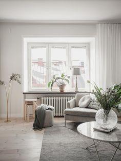 Binnenkijken in een sfeervol appartement in Göteborg. Een sober ingericht appartement met prachtige naturel tinten. Wit, grijs, zwart en hout. De mooie, eenvoudige Scandinavische woonstijl #Scandinavisch #binnenkijken #homedeco #interieur #interieurinspiratie Sober, Entryway Bench, Architecture Design, Furniture, Home Decor, Entry Bench, Hall Bench, Architecture Layout, Decoration Home