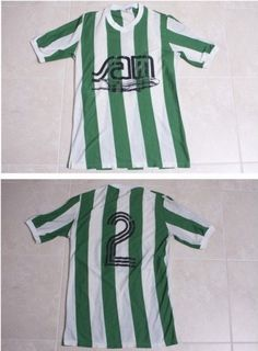 Atlético Nacional Home football shirt, Adrés Escobar shirt. Zoals gezien in Reizen Waes. Football Uniforms, Football Shirts, Football Team, Sport Outfits, Short Sleeve Dresses, Sport Clothing, Ava, Clothes, Club