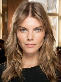 Überschulterlange, leicht durchgestufte Haare sind ideal für Frauen mit herzförmiger Gesichtsform. Hier eine Variante mit lockerem Pony an Model Maryna Linchuk.Noch mehr Frisuren mit Pony hier