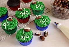 Football Field Cupcakes Awesome #SuperBowl #Recipes: 16 Game Day Menu Ideas http://www.surfandsunshine.com/super-bowl-recipes-game-day-food-ideas/
