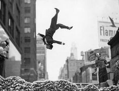 Google Image Result for http://www.masters-of-photography.com/images/screen/winogrand/winogrand_flip.jpg