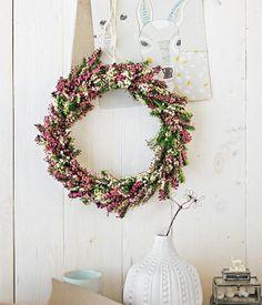 Der Kranz besteht aus einem Ring aus Blumendraht (selber biegen oder beim Floristen besorgen), den wir mit Erica umwickelt haben. Dazu kleine Erica...