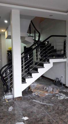 Trụ cầu thang inox xỏ nan phi 19 ốp gỗ lim bắt mặt bậc giá rẻ hàng chất lượng cao cho mọi công trình. Với màu nâu huyền bí tạo cho cầu thang nhà bạn thêm sang trọng và quý phái!!! #trucauthangkinh...