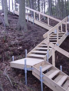Backyard deck on a hill sloped yard 55 ideas Garden Stairs, Deck Stairs, Wood Stairs, House Stairs, Sloped Yard, Sloped Backyard, Backyard Landscaping, Landscaping Ideas, Steep Hillside Landscaping