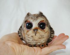 felted owl, it looks so real! It's a shame I have too many projects lined up right now to indulge in this cuteness. Someone should make this and send it to me...:)