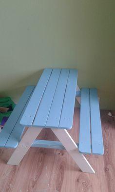 Schöner weise gab es bei KIK eine Holzbank, diese wurde sogleich passend Lackiert.