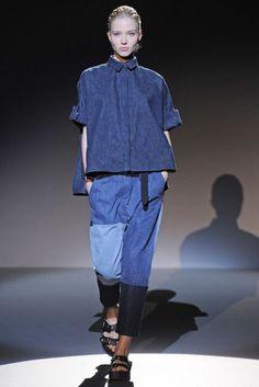 メンズライクなビッグシャツにパッチワークデニムを合わせた Irfé RTW。コンフォーロサンダルで足元に抜け感を。