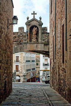 Arco de Santa Ana Cáceres Spain, fue declarado Patrimonio de la humanidad,por la Unesco, el año1993 / カセレス旧市街、スペイン、世界遺産