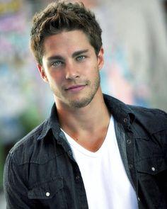El actor Dean Geyer, quien ha participado en las series 'Glee' y 'Terra Nova' idk who he is but he is so hot