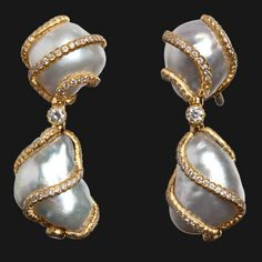 Earrings by Buccellati. Baroque pearls are so unique and divine! Earrings by Buccellati. Baroque pearls are so unique and divine! Bijoux Design, Jewelry Design, Perle And Co, Pearl And Diamond Earrings, Gold Earrings, Pearl Diamond, Drop Earrings, Gemstone Earrings, International Jewelry