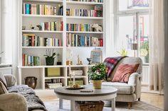 Vardagsrum med platsbyggd bokhylla