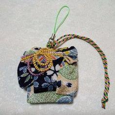 着物の変わり帯結び;枝垂れ桜結びを型どったアクセサリーです。ちりめんを使用しています。日本の国花である桜をモチーフにしていますので、年間を通して使用して戴けます。アンシンメトリーな結び型で枝垂れ桜の流れる枝を、柄を水色の流水ですることで桜の舞う様子を表現しています。バッグチャーム用紐に、五色の紐が付いています。五色は古来から厄除けとされてています。和のバックはもちろんですが、革製バッグや帆布にも似合います。また、keyアクセサリーやUSBチャーム、お部屋のインテリアとしても飾って頂けると思います。大きさ;6.5cm×6.3cm十分に気をつけおりますが、稀に接着剤のはみ出しがある場合が御座います。また、写真の撮り方により色彩のイメージが若干違う場合があります。ご了承の上、ご注文頂きますようお願い申し上げます。
