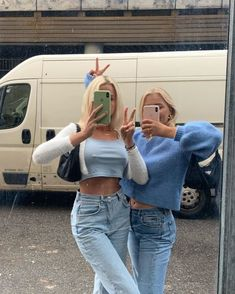 Casual Outfit Inspo - Crop Top - Vintage Jeans - Vintage Sweater - Casual Looks - Easy Outfits Look Fashion, Fashion Outfits, Womens Fashion, Denim Fashion, Nike Sweat, Streetwear, Warm Dresses, Youre My Person, Winter Mode