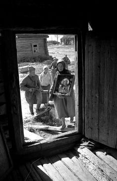 Soviet soldiers help Russian refugees return to their homes following the Third Battle of Smolensk when Soviet forces of the 39th, 43rd and 10th Armies recaptured of the city and surrounding areas from Axis occupation. Smolensk Oblast, Russia, Soviet Union. September 1943.