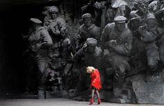 Las imponentes figuras de la foto guardan la entrada al Callejón de las Ciudades Heroicas, un espacio esculpido en alto relieve donde se narra la defensa que los soldados y habitantes de Kiev hicieron en 1941 frente a la invasión alemana (27 millones de habitantes de la antigua URSS murieron luchando contra los nazis en la Segunda Guerra Mundial, entre 1939 y 1945). Las esculturas, de hierro fundido y estéticamente adscritas al realismo socialista, forman parte de un plan concebido por el…