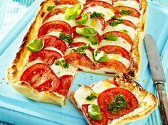 Mamma Mia, diese Pizza schmeckt nach Sommer! Frische Tomaten, überbackener Mozzarella, doch das Beste ist der Teig - frisch aus dem Kühlregal und so ruck-zuck fertig. Pizza Burgers, Vegan Pie, Good Food, Yummy Food, Savoury Baking, Healthy Comfort Food, Ciabatta, Veggie Recipes, Yummy Recipes