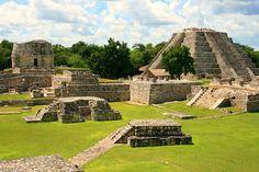 Esto es una ruinas. Es de Mérida en Mexico. Las ruinas es una ruinas mayas. Se puede caminar y hacer turismo.