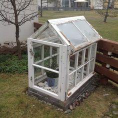 pienikin on kaunista Old Window Greenhouse, Diy Mini Greenhouse, Diy Greenhouse Plans, Homemade Greenhouse, Backyard Greenhouse, Backyard Landscaping, Cottage Garden Sheds, Cottage Garden Design, Veg Garden