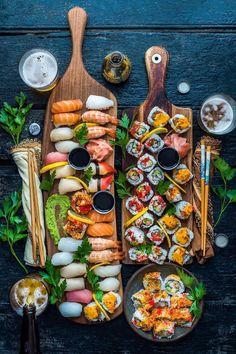 how to set a sushi platter I Love Food, Good Food, Yummy Food, Sushi Platter, Sushi Buffet, Seafood Platter, Sushi Recipes, Meal Recipes, Asian Recipes
