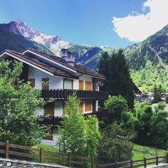 Chalet tipico della Valle d'Aosta, in questa foto dalle parti del monte Bianco che con i suoi 4.808 è il massiccio più alto d'Italia. B&B ad Aosta qui http://bedandbreakfast.place/it/bb-valle-d-aosta/aosta/aosta