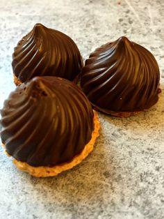 Mini sablés bretons en coque de chocolat noir  clairetgourmandises.over-blog.com/