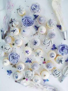 寒色系のカラーでデコレーションされたカップケーキたち。どれも繊細で素敵です。