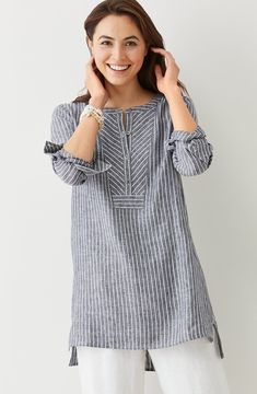 """linen mixed-stripes tunic """"Linen gray tunic - Love the structured feel given to this comfy piece by the fabric choice and the geometric treatment at the ne Kurta Designs, Blouse Designs, Linen Dresses, Casual Dresses, Look Urban Chic, Linen Tunic, Linen Shirts, Mode Hijab, Indian Designer Wear"""