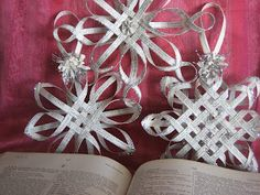 DIY: Make a Woven Star from Vintage Book Pages, Tutorial (can also use newspapers or thin cardboard (like a cereal box)