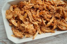 En nem opskrift på pulled chicken i stegeso. Kom marinaden på kyllingen og sæt den i ovnen. Mindre end tre timer efter har du den lækreste pulled chicken.