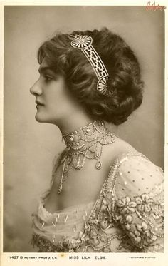 Lily Elsie, That necklace, that hair! Lily Elsie April 1886 – 16 December was a popular English actress and singer during the Edwardian era Photo Vintage, Look Vintage, Vintage Mode, Vintage Beauty, Vintage Images, Vintage Ladies, Vintage Hair, Vintage Glamour, Vintage Woman