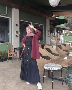 Skirt Outfits Modest, Modest Fashion Hijab, Casual Hijab Outfit, Muslim Fashion, Fashion Outfits, Style Hijab Simple, Mode Kpop, Hijab Fashion Inspiration, How To Pose
