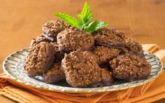 We prepare chocolate cookies with quinoa seeds. Quinoa in combination with chocolate proven to be an excellent source of nutrition. Cookies Au Quinoa, Snack Recipes, Dessert Recipes, Desserts, No Gluten Diet, Healthy Low Carb Snacks, Food Words, How To Cook Quinoa, Chocolate Dipped