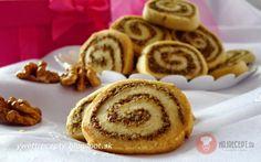 Recept na voňavé, krehké a jednoduché orechové koláčiky. Vhodné na vianoce, veľkú noc alebo iba tak počas roka. Z tejto dávky vyšlo 55 kusov.