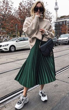 The advice to wear a pleated midi skirt and how to wear it in style! All tips and ideas for outfits can be found in this article! skirt skirt skirt skirt outfit skirt for teens midi skirt Long Skirt Outfits, Midi Skirt Outfit, Winter Skirt Outfit, Cute Winter Outfits, Winter Fashion Outfits, Look Fashion, Trendy Outfits, Fall Outfits, Autumn Fashion