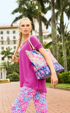 We live for sunny days and warm weekends away. The Weekender Travel Tote - Tipping Point is your key to making sure all your favorite Lilly pieces make it on vacation with you. This tote is printed, gold, and zips to enlarge.