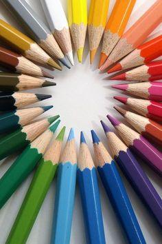 Op deze afbeelding is een centrale compositie te zien want alle punten van de potloden wijven naar het midden.