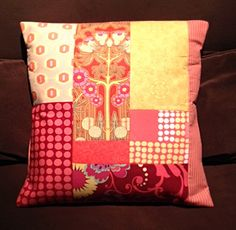 Almofada colorida de patchwork com tecidos Amy Butler.