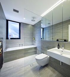 Salle de bain avec douche italienne et baignoire au marbre gris et design luxueux