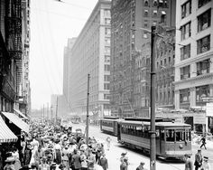 PHOTO - CHICAGO - STATE STREET - LOOKING NORTH - CROWDS - STREETCARS - NOTE RIGHT SIDE MANDEL BROTHERS STORE IS UNDER CONSTRUCTION - ON LEFT IS BOSTON STORE - FIELD'S COMPLETED NEW STORE IN CENTER BACKGROUND - 1915