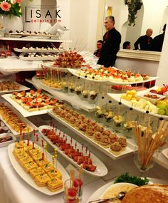 Catering Lisak fingerfood, look at far right the fruit plater with nuts n fresh cream bowls. Catering Lisak fingerfood like the display and foot for trays ! catering event with pipettes used in sandwiches and cheese balls and small apps Catering -Make it Party Finger Foods, Party Snacks, Appetizers For Party, Bbq Party, Fruit Buffet, Party Buffet, Catering Display, Catering Food, Catering Table