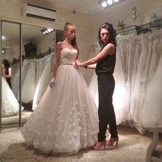 Примерка свадебного платья DOMINISS в фирменном салоне