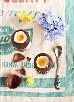 Chocolade eitjes maken.    http://www.girlscene.nl/p/5890/zoete_zaligheid_chocolade_paaseieren