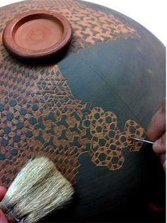 Sgraffito Technique to create designs on clay for pottery and ceramics Ceramic Tools, Ceramic Clay, Ceramic Pottery, Pottery Art, Vintage Pottery, Ceramic Plates, Handmade Pottery, Sgraffito, Ceramic Techniques