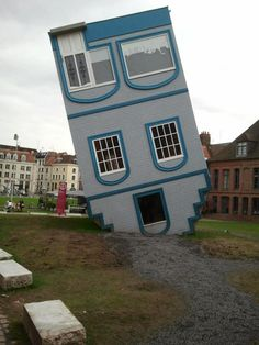 The House that fell from the Sky - La Maison tomber du Ciel - Lille, France Да паднеш на главата си...