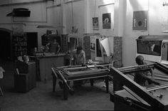Il laboratorio negli anni '70 #lab #workshop #print #serigraphy Screen Printing, Prints, Shop, Home Decor, Lab, Artists, Places, Screenprinting, Interior Design
